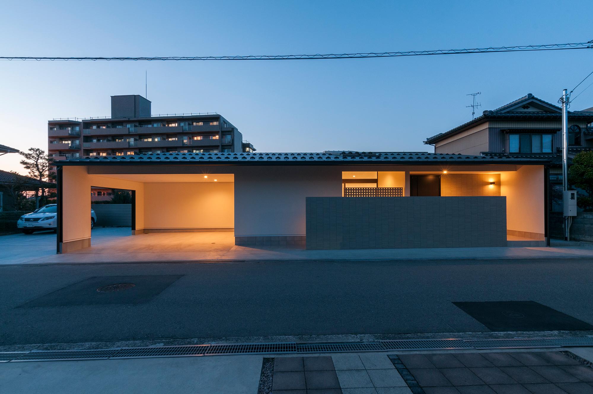 上野さんが担当した「大泉の住宅」。軒上の半外部空間をつくり出し、車庫や中庭として機能させた