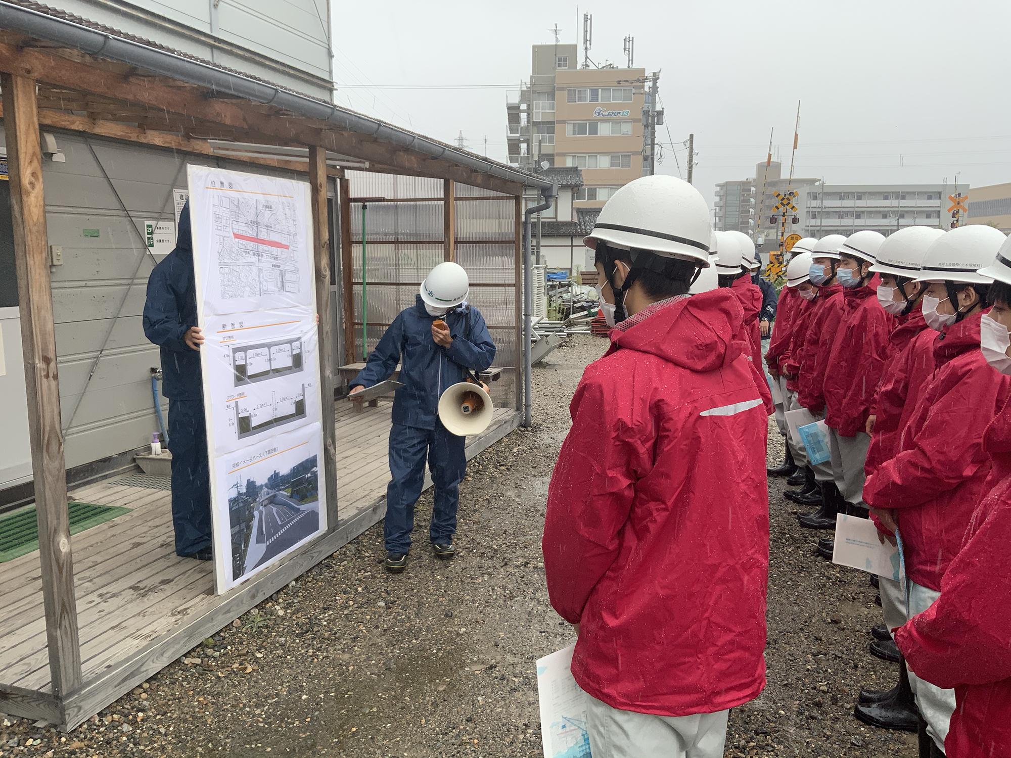 高岡市道路整備課の四津章宏主任が工事を説明