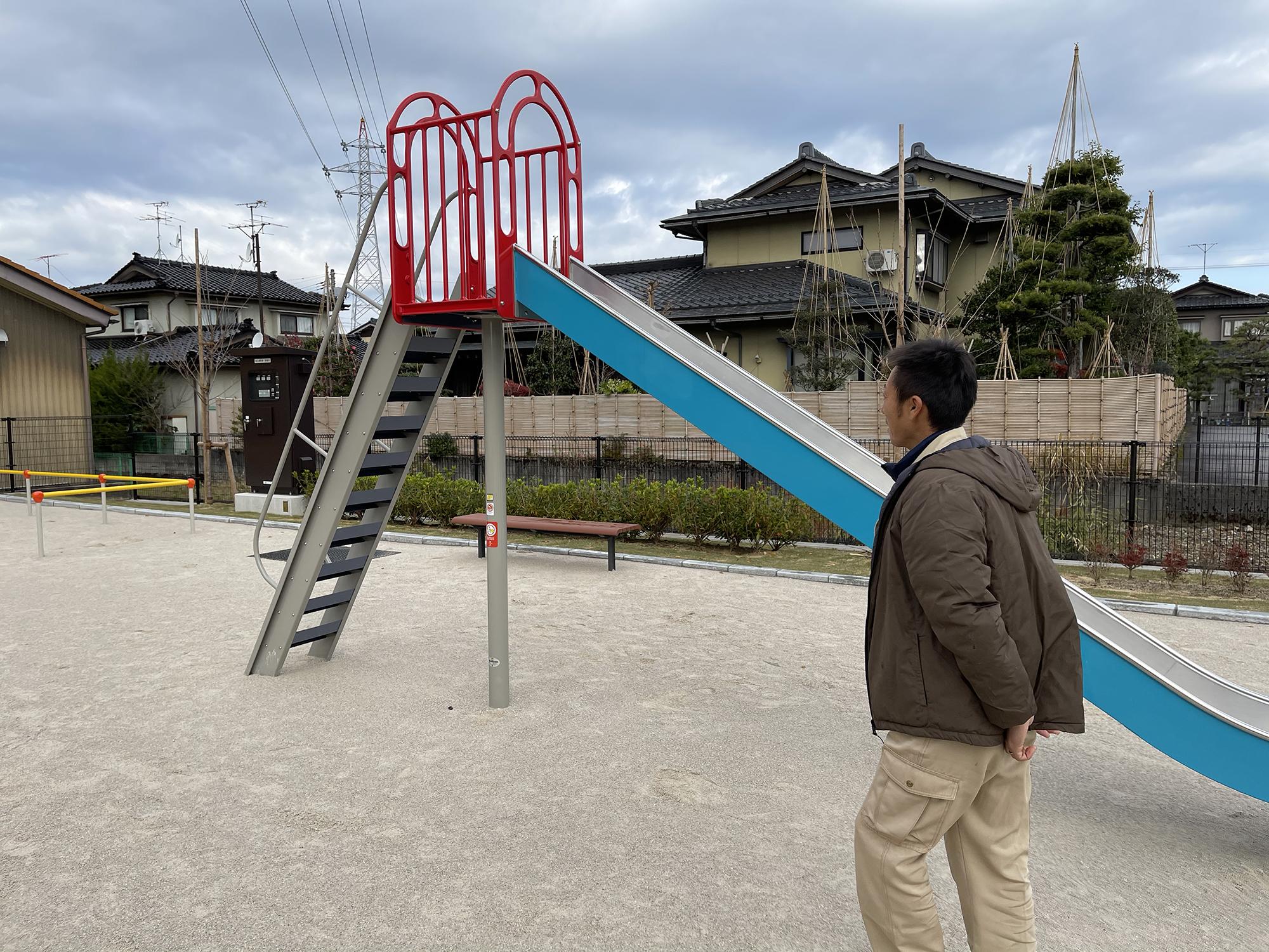 完成した公園で早速自分の子供と遊んだそう