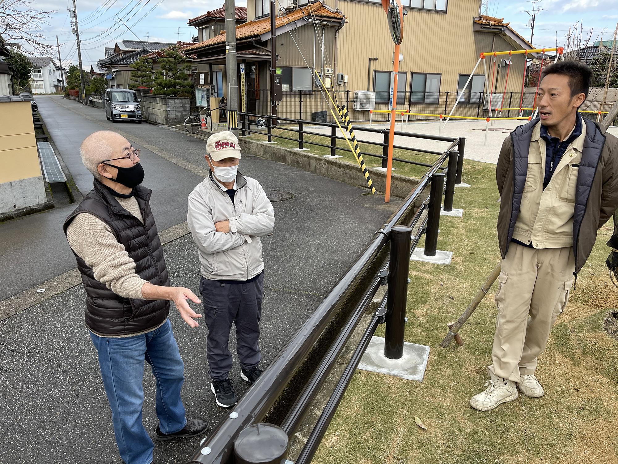取材中、近所の人から新しい公園について質問が。真摯に答える中曽根さん